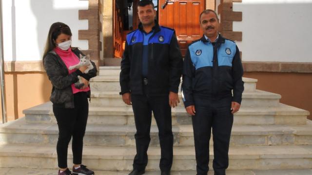 Akşehirde zabıta ekipleri sokakta bulduğu kediyi sahibine teslim etti