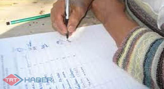 Eşinin sağlığı için 61 yaşında okuma yazma öğreniyor