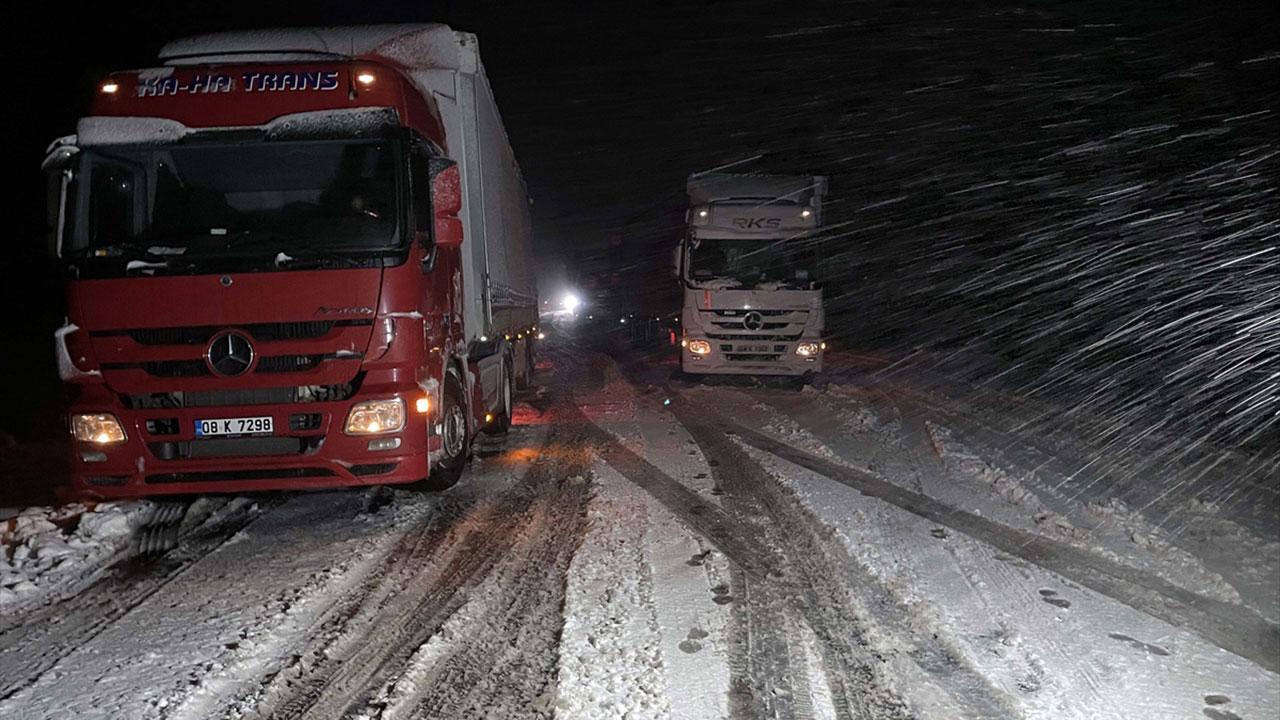 Kar ve tipi nedeniyle tırlar yolda kaldı