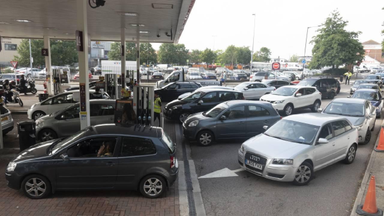 İngiltere'de benzin krizi: Fazla almayın