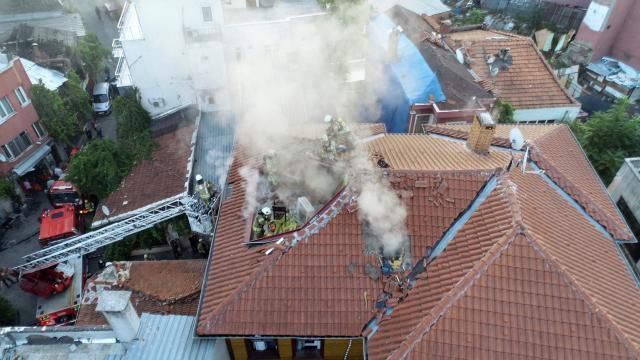Fatihte ahşap otel binasında çıkan yangın söndürüldü