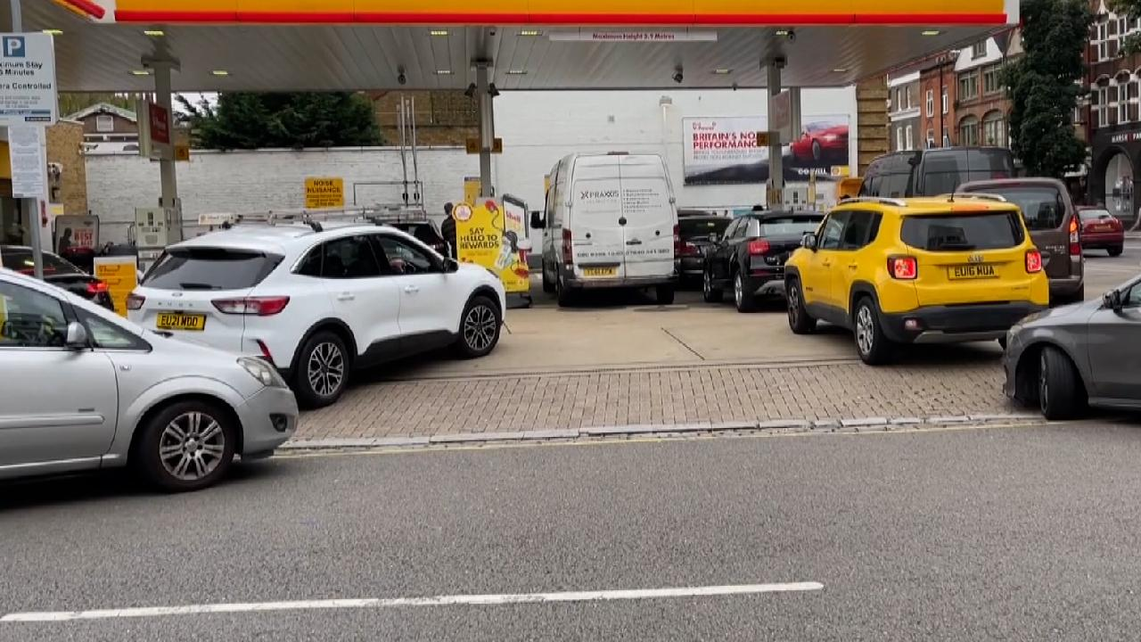 İngiltere'de benzin kuyrukları oluştu