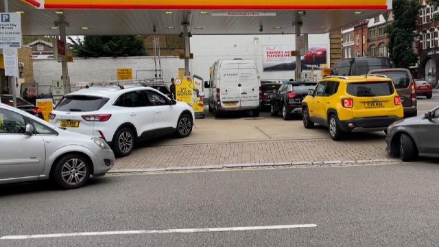 """İngilterede """"benzin"""" endişesi: Uzun kuyruklar oluştu"""