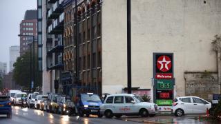 İngiltere'de benzin fiyatı litre başına 1,42 sterlinle rekor seviyede