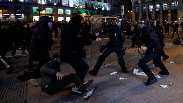 İspanyada gençlere polis müdahale etti: 43 yaralı