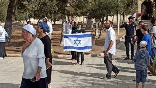 Fanatik Yahudiler Mescid-i Aksa'da İsrail bayrağı açtı