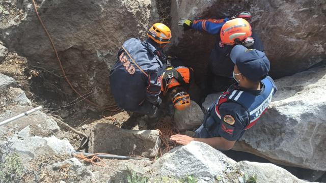 Niğdede kayalıklarda mahsur kalan oğlak kurtarıldı
