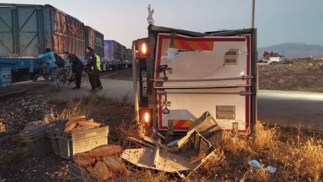 Afyonkarahisarda yük treni kamyonete çarptı: 1 yaralı