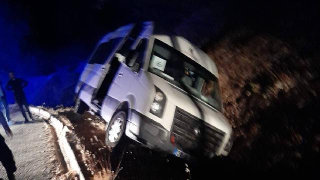 Adıyamanda minibüs şarampole devrildi: 5 yaralı