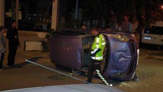 Park halindeki araçlara çarpan otomobil takla attı: 2 yaralı