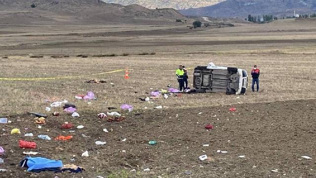 Hafif ticari araç yoldan çıktı: 2 ölü, 3 yaralı