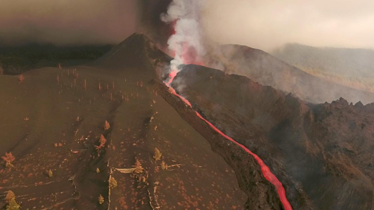 La Palma lav püskürtmeye devam ediyor