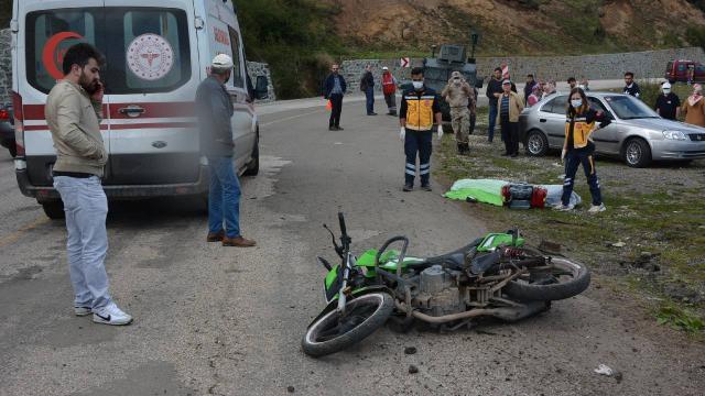 Trafik levhasına çarpan motosiklet sürücüsü hayatını kaybetti
