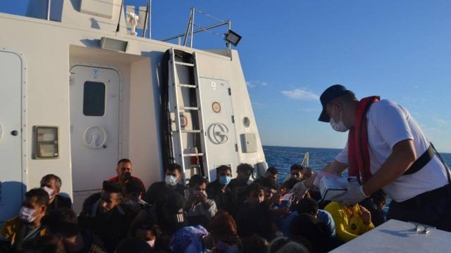 Türk kara sularına itilen 306 düzensiz göçmen kurtarıldı