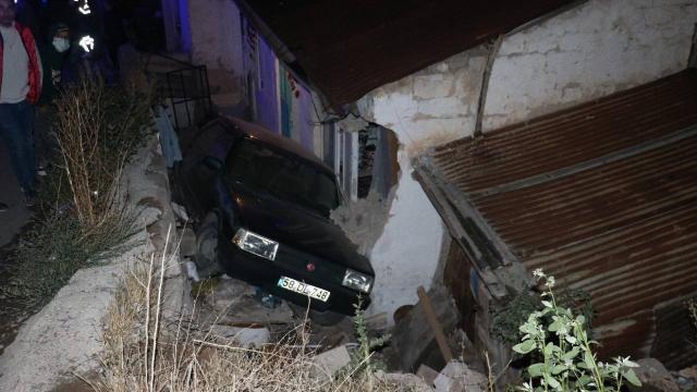 Otomobil evin bahçesine uçtu: 3 yaralı