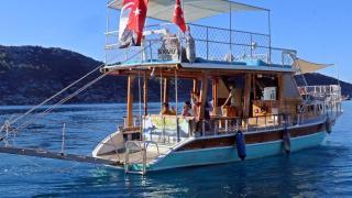 Antik kent içindeki köylerinden tekneyle okula gidiyorlar