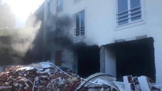 Yangında mahsur kalanlar itfaiye ekiplerince kurtarıldı