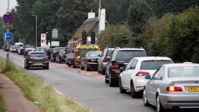 İngiltere Ulaştırma Bakanından fazla benzin almayın çağrısı