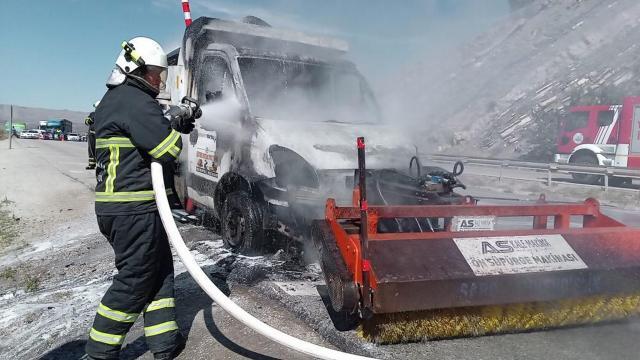 Kırıkkalede seyir halindeki kamyonet yandı