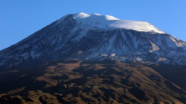 Ağrı Dağının zirvesi yeniden karla kaplandı
