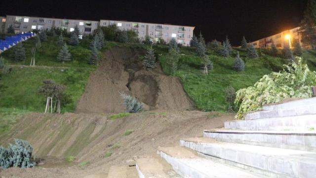 Erzurumda patlayan hattan akan su toprak kaymasına neden oldu