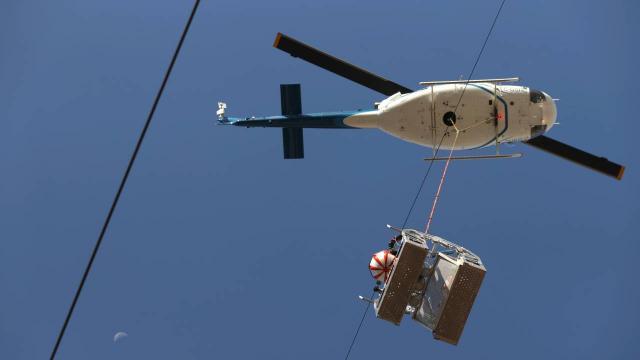 170 bin voltluk elektrik hattı üzerinde havada asılı mesai