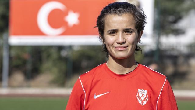 Kadın futbolcu Aybüke Aykul sahada forvet kafede garson