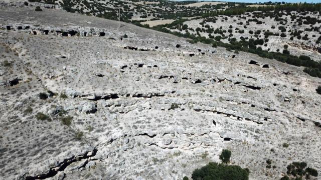"""""""Makedon askerlerin kalesinde"""" 400 kaya mezarı bulundu"""