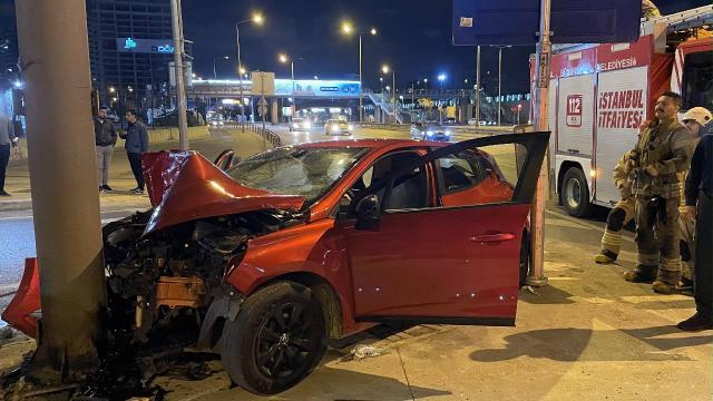 Reklam panosuna çarpan otomobildeki 2 kişi yaralandı