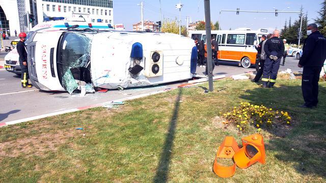 Hasta taşıyan ambulansla dolmuş çarpıştı: 10 yaralı