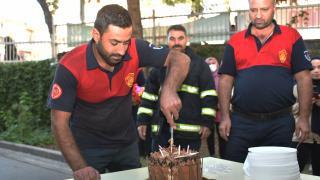 Yangın ihbarına giden itfaiye ekibine öğrencilerden sürpriz kutlama