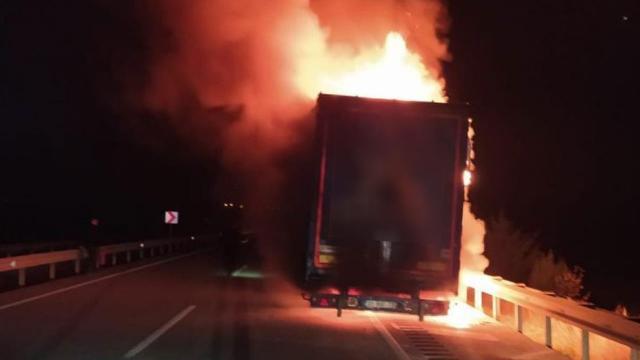 Kargo şirketine ait araçta yangın çıktı