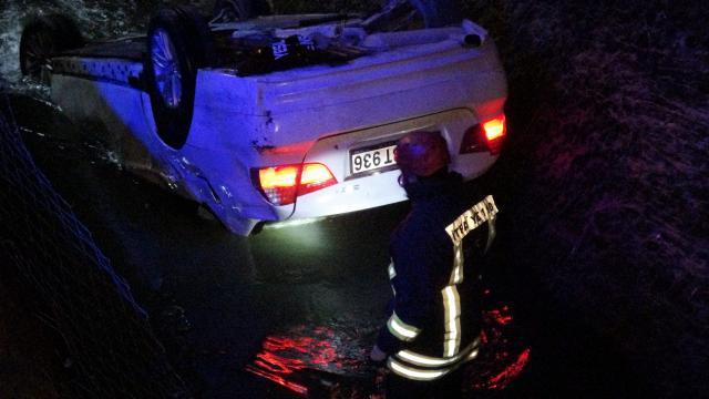 Sulama kanalına otomobil uçtu