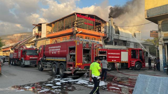 Hatayda polyester imalathanesinde çıkan yangın söndürüldü