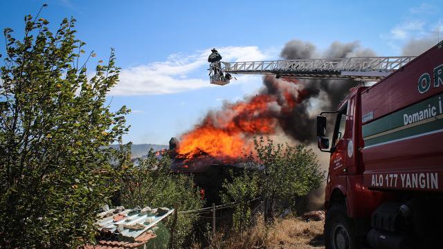 Kütahya'da yangın çıkan tek katlı ev kullanılamaz hale geldi