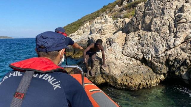 Türk kara sularına itilen düzensiz göçmen kurtarıldı