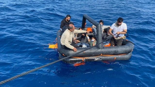 Kuşadasında 60 düzensiz göçmen kurtarıldı