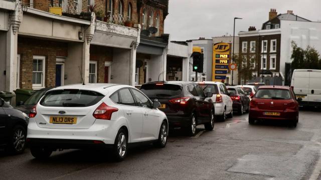 İngilterenin bazı bölgelerinde yakıt sıkıntısı devam ediyor
