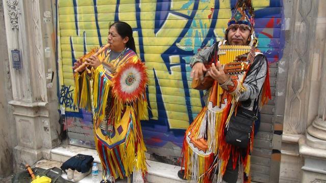 İstiklal Caddesinin Kızılderili kıyafetli sokak müzisyenleri