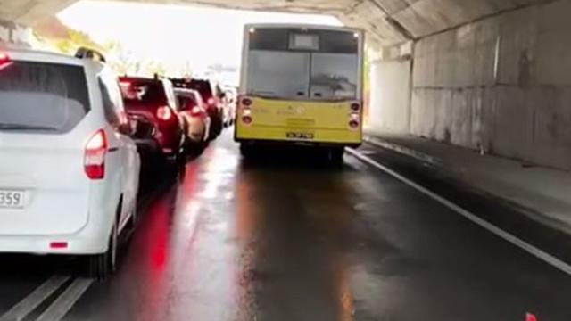 İETT otobüsü arızalandı, trafik kilitlendi