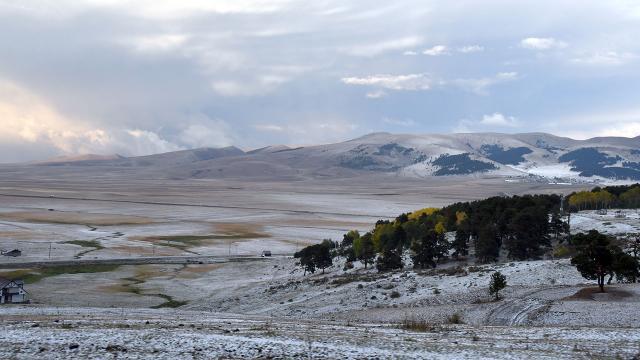 Karsa yağan dolu kışı aratmayan manzaralar oluşturdu