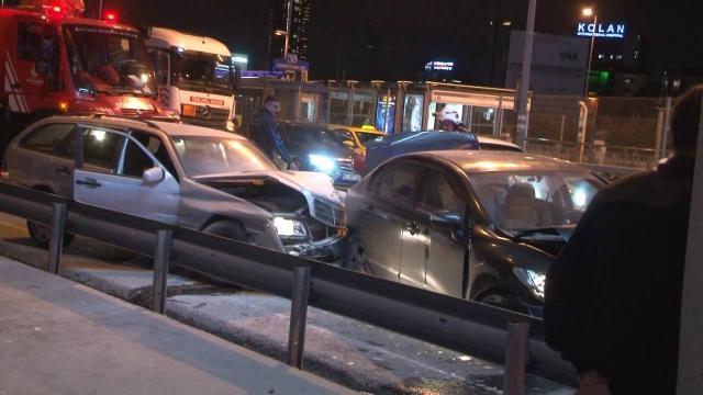 Kağıthanede arızalanan araca otomobil çarptı: 2 yaralı