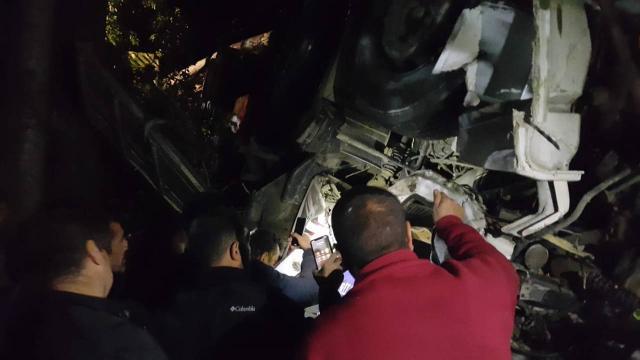 Erzurumda kamyon devrildi: 2 ölü