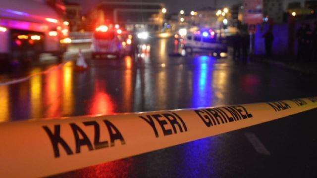 Yolun karşısına geçmek isteyenlere otomobil çarptı: 3 ölü