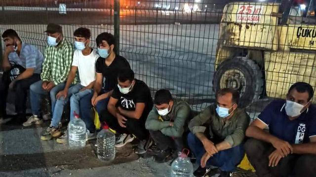 Tır dorsesinde 8 düzensiz göçmen yakalandı