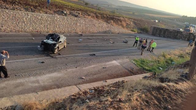 Kiliste tır ile otomobil çarpıştı: 4 ölü