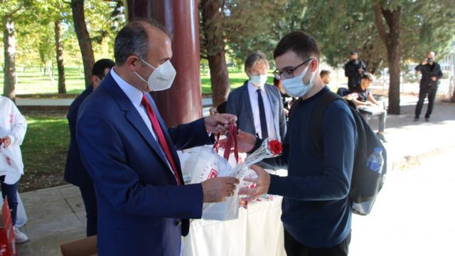 Elazığda üniversite öğrencileri müzik eşliğinde hediyelerle karşılandı