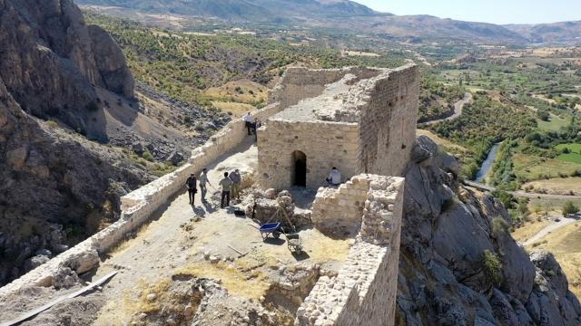 Eski Kahta Kalesinde kazı çalışmaları yapılıyor