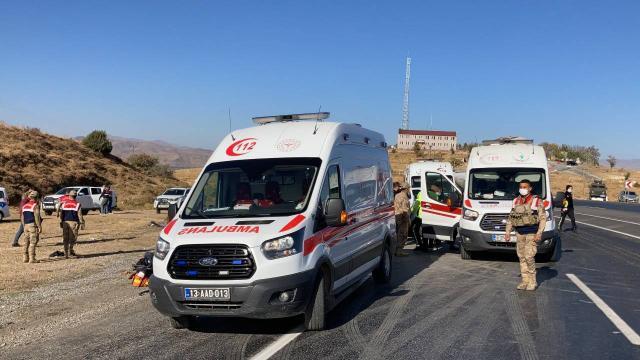 Düzensiz göçmenleri taşıyan araç kaza yaptı: 1 ölü, 13 yaralı