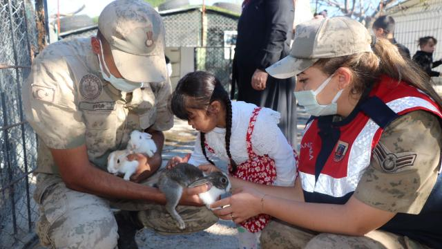 Mersinde jandarma ekipleri sokak hayvanlarını besledi